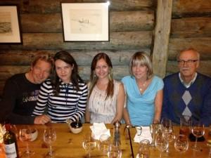 Jenny Siiskonen minun ja perheeni kanssa Lappiravintolassa Helsingissä. Kuvassa vasemmalta: aviomieheni Jan Stenfors, minä (Minna Kairisalo-Stenfors), Jenny Siiskonen, ja vanhempani Marketta Kairisalo (o.s. Klami) ja Pekka Kairisalo.