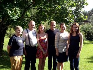 Vasemmalta: isovanhempani Eeva Klami (o.s. Sipari), Reijo Klami , Jenny Siiskonen, enoni Arto Klami, serkkuni Merja Kallas (o.s. Klami) ja minä.